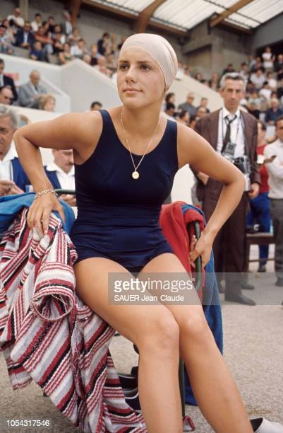 Paris France juillet 1964 Les équipes de natation française et finlandaise s'affrontent à la piscine des Tourelles Christine Kiki CARON détentrice du...