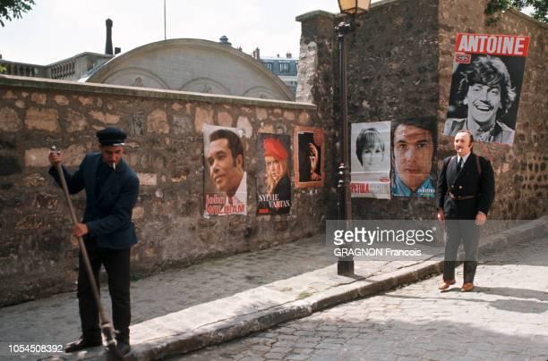 Paris France juillet 1969 L'imprésario Georges LEROUX Ses découvertes s'appellent Antoine Sylvie Vartan Petula Clark que l'on voit sur les affiches...