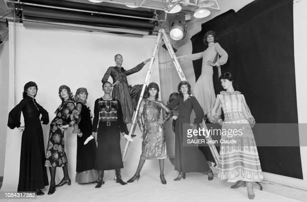Paris France juillet 1970 Neuf nouveaux mannequins vedettes venus du monde entier pour présenter les collections hiver 19701971 De g à dr Lapidus sur...