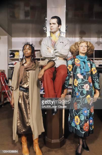 Paris France juillet 1976 Karl LAGERFELD styliste de Chloé la griffe la plus chère du prêtàporter français présente les modèles d'hiver Le styliste...