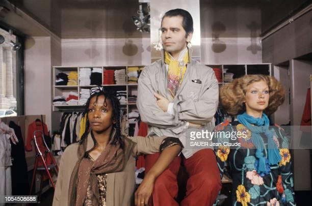 Paris France juillet 1976 Karl LAGERFELD styliste de Chloé la griffe la plus chère du prêtàporter français présente les modèles d'hiver Karl...