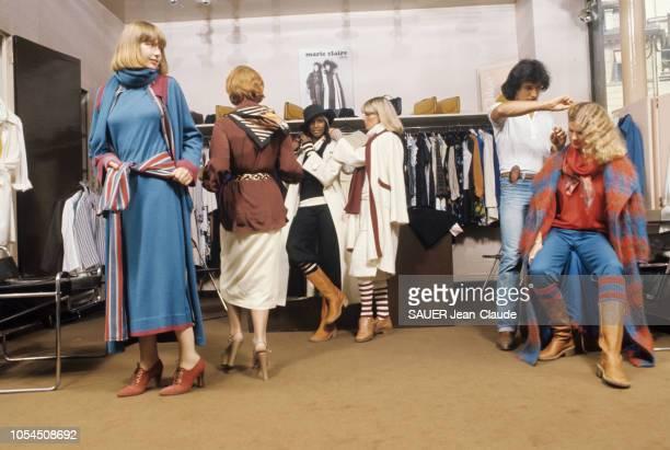 Paris France juillet 1976 Karl Lagerfeld styliste de Chloé la griffe la plus chère du prêtàporter français présente les modèles d'hiver Préparation...