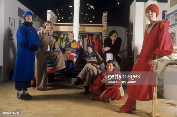 Paris France juillet 1976 Le styliste JeanCharles DE CASTELBAJAC présente ses six derniers modèles de prêtàporter de la collection d'hiver Birgit...