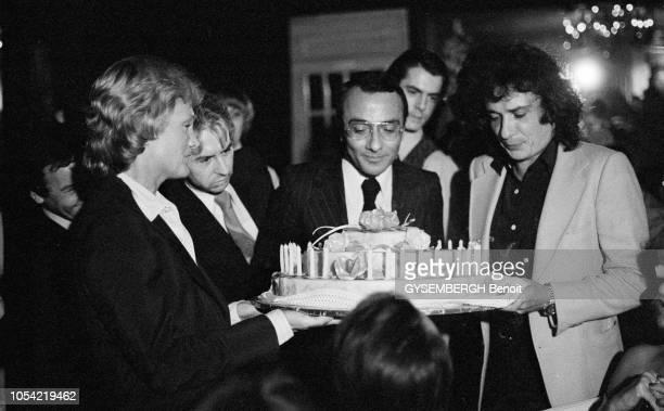 Paris France juillet 1977 Le journaliste français Yves MOUROUSI présentateur du journal télévisé de 13 heures sur TF1 fête son 35e anniversaire à...