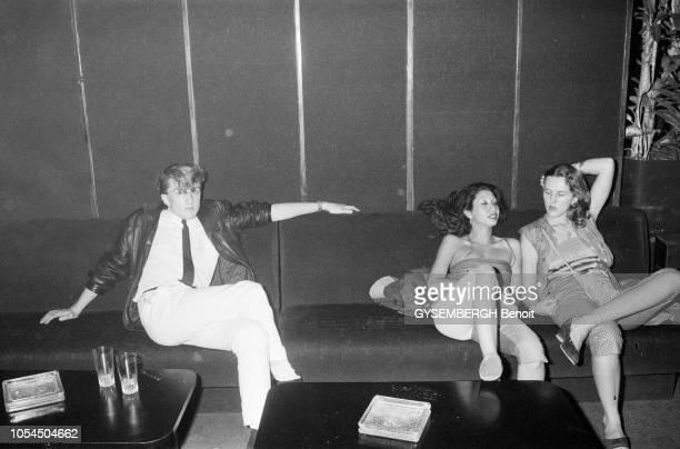 Paris France juillet 1979 La boîte de nuit 'Sept' située au 7 rue SainteAnne ouverte en 1968 par Fabrice Emaer Un jeune homme seul et deux jeunes...