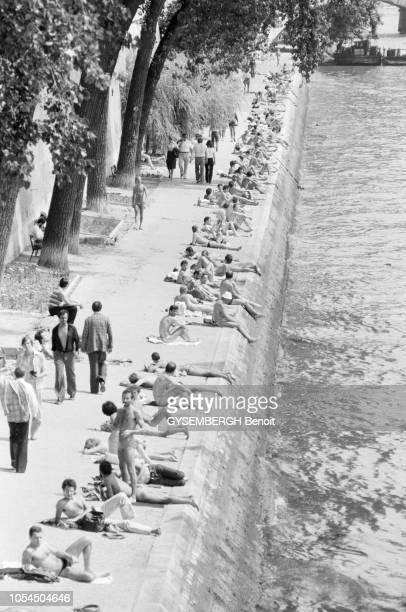 Paris France juillet 1979 Le club du soleil est le nom que les gays ont donné aux quais de la Seine situés face à l'ancienne gare d'Orsay où ils se...