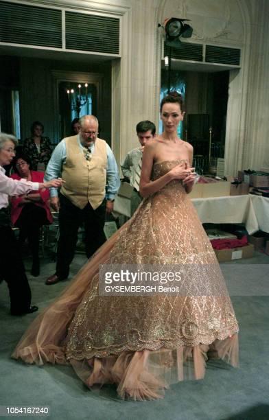 Paris, France, juillet 1996 -- Préparatifs du défilé de la collection haute-couture Automne-Hiver 1996-1997 de Christian DIOR par Gianfranco FERRE....