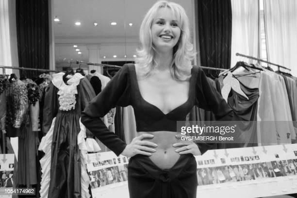 Paris, France, juillet 1998 --- Chez Yves SAINT LAURENT pendant les préparatifs du défilé de mode retraçant la carrière du couturier présenté lors de...