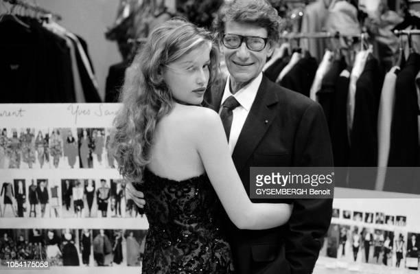 Paris France juillet 1998 Chez Yves SAINT LAURENT pendant les préparatifs du défilé de mode retraçant la carrière du couturier présenté lors de la...