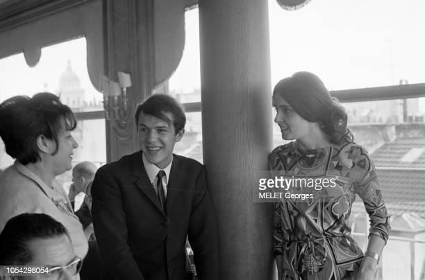 Paris France Juin 1965 Salvatore ADAMO et REGINE au restaurant 'La Tour d'Argent' REGINE à gauche ADAMO au centre et une femme à droite debout dans...
