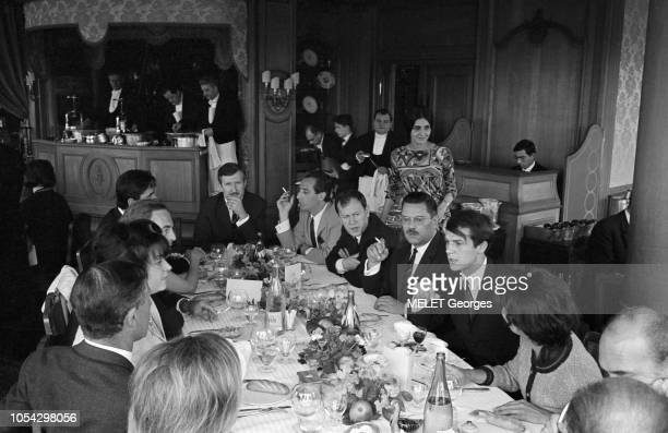 Paris France Juin 1965 Salvatore ADAMO et REGINE au restaurant 'La Tour d'Argent' Salvatore ADAMO à droite en face de REGINE à gauche entourés...