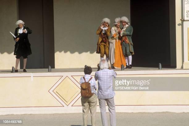 Paris France Juin 1989 La fête Tuileries 89 pour le bicentenaire de la révolution française Une troupe d'acteurs de théâtre costumé en représentation...