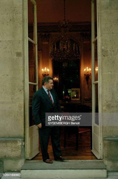 Paris France juin 1997 rendezvous avec Claude ALLEGRE ministre de l'Education Nationale dans son bureau et dans les jardins du ministère Ici posant...