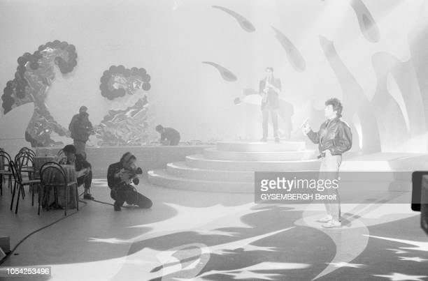 Paris France La soirée du nouvel an 1987 Le chanteur français JeanLuc LAHAYE en répétition sur la scène des studios des ButtesChaumont