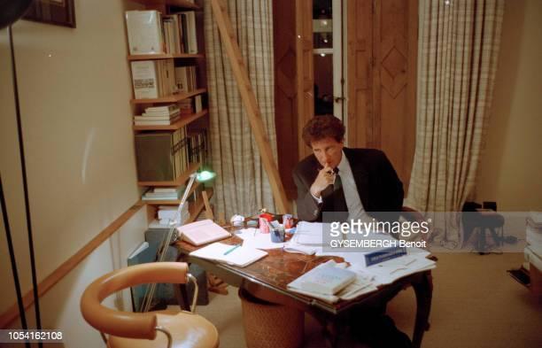 Paris France le 11 décembre 1994 Jack LANG dans son bureau chez lui place des Vosges se prépare à rédiger le texte de l'intervention télévisée qu'il...