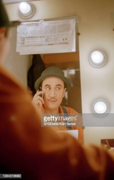 Paris France le 13 février 2001 Rencontre avec le comédien et humoriste algérien FELLAG Portrait du comédien dans sa loge du théâtre de Bouffes du...