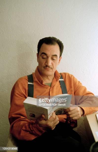 Paris France le 13 février 2001 Rencontre avec le comédien et humoriste algérien FELLAG Portrait de FELLAG assis dans sa loge du théâtre des Bouffes...