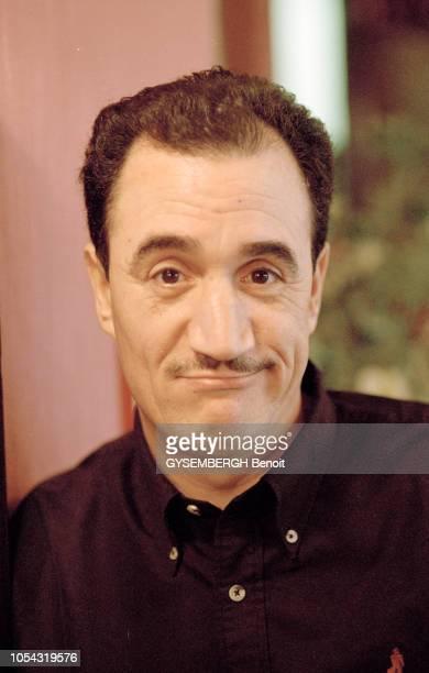 Paris France le 13 février 2001 Rencontre avec le comédien et humoriste algérien FELLAG Portrait en plan très rapproché de FELLAG esquissant un...