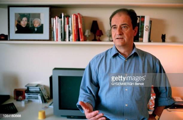 Paris France le 1er juin 2000 Rendezvous avec Pierre LESCURE PDG de Canal et Canal Jimmy dans son appartement Posant dans son salon en train de...