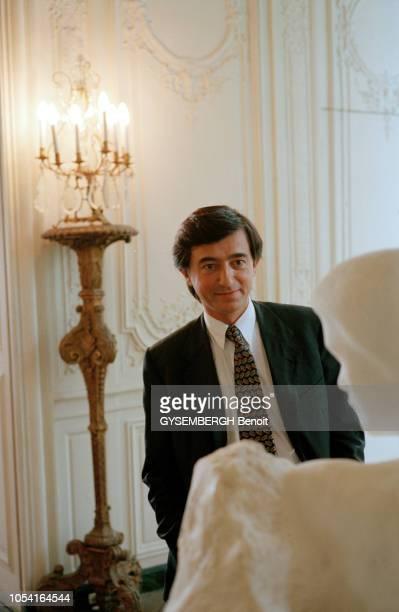 Paris France le 26 juin 1995 Philippe DOUSTEBLAZY le ministre de la Culture assis à son bureau ou admirant des oeuvres d'art exposées dans les salles...