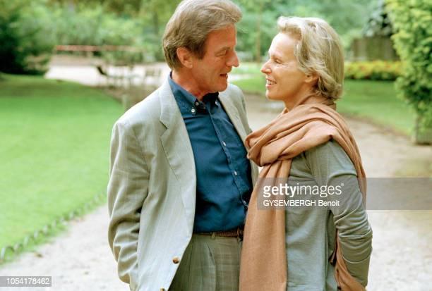 Paris France le 5 juillet 1999 Bernard KOUCHNER et son épouse Christine OCKRENT au jardin du Luxemboug et dans un café Plan rapproché Bernard...