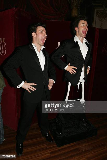 Le comedien humoriste et chanteur Michael Youn considere comme l'enfant terrible du paysage audiovisuel francais pose aux cotes de la statue de cire...