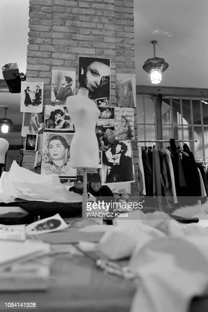 Paris France Le couturier Azzedine ALAIA se reflétant dans un miroir de son atelier de couture
