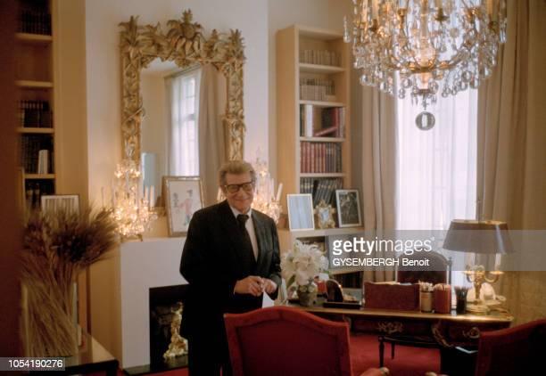 Paris France le lundi 7 janvier 2002 Yves SAINT LAURENT photographié dans son bureau au siège de sa maison de couture 5 avenue Marceau et lors de la...