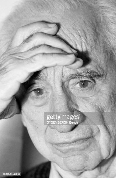 Paris France le réalisateur américain Elia KAZAN en octobre 1989 portrait gros plan de face d'Elia KAZAN se tenant le front