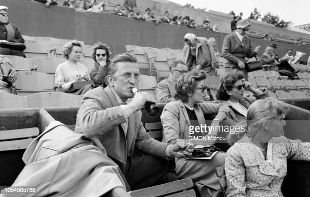 Paris France mai 1957 L'acteur américain Kirk DOUGLAS passe une semaine à Paris avec son épouse Anne pour fêter le troisième anniversaire de leur...