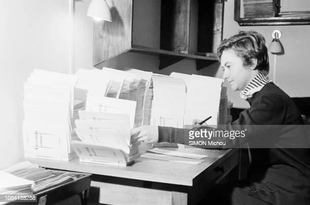 Françoise SAGAN chez elle dans son appartement de la rue de Grenelle un hôtel particulier qu'elle habite depuis peu La jeune romancière de 21 ans...
