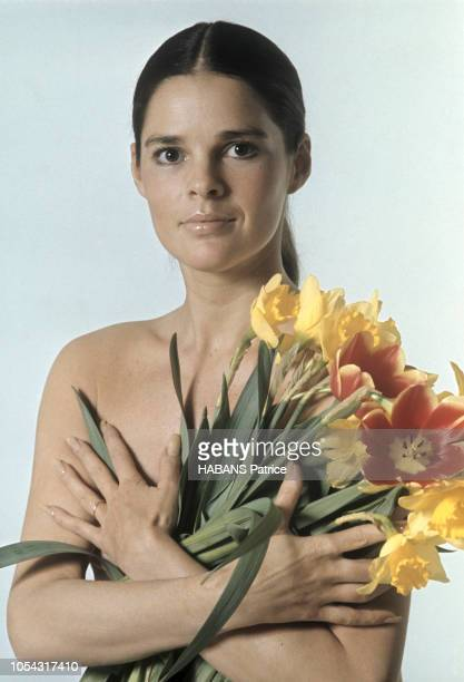 """Paris, France, mars 1971 --- L'actrice américaine Ali MAC GRAW pose en studio. Le film """"Love Story"""" a fait d'elle le symbole de la renaissance..."""