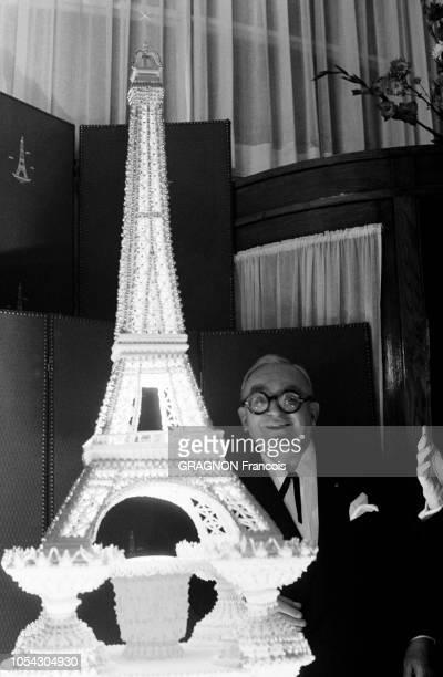 Paris France Novembre 1961 Simone BERRIAU directrice du théâtre Antoine a organisé une soirée au 1er étage de la Tour Eiffel pour fêter la 352ème...