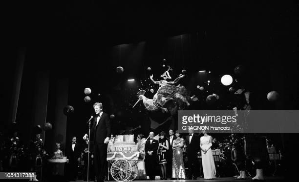 Paris France Novembre 1966 Gala de l'Unicef à l'Alhambra animé par le fantaisiste américain Danny KAYE avec Marlon BRANDO Charles TRENET Raymond...