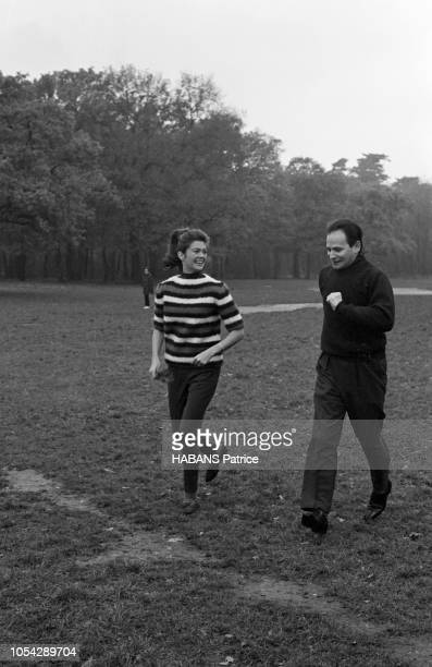 Paris France novembre 1966 Le pianiste américain Byron JANIS donne deux concerts à la salle Pleyel Son épouse Maria 29 ans la fille de Gary Cooper...