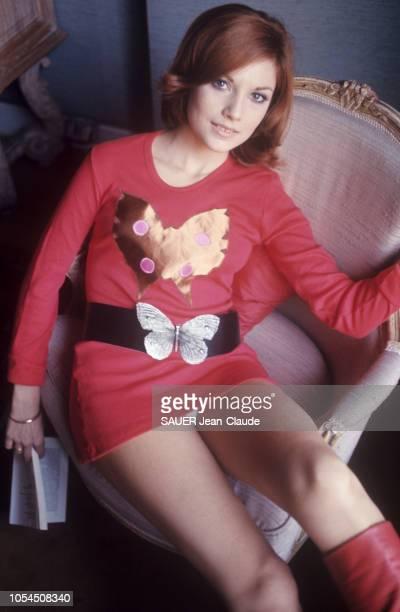 Paris France novembre 1976 Le retour de la mode mini et maxi a marqué aussi celui d'un motif 1930 le papillon L'actrice Nicole CALFAN en minirobe en...