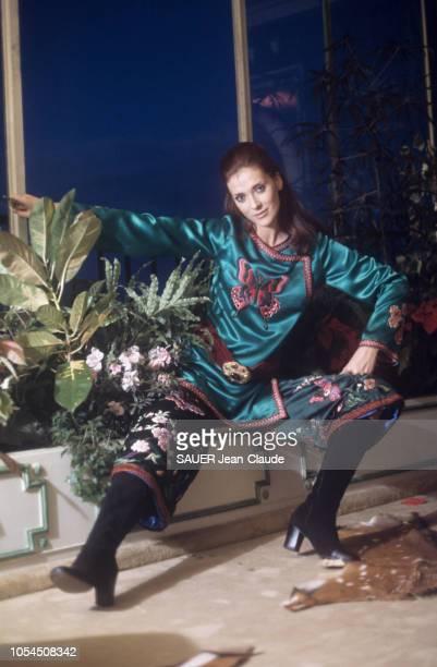 Paris France novembre 1976 Le retour de la mode mini et maxi a marqué aussi celui d'un motif 1930 le papillon L'actrice Maria KIMBERLEY pose en...