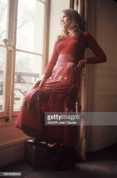 Paris France novembre 1976 Le retour de la mode mini et maxi a marqué aussi celui d'un motif 1930 le papillon L'actrice Alexandra STEWART porte une...