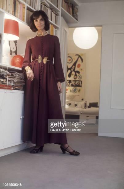 Paris France novembre 1976 Le retour de la mode mini et maxi a marqué aussi celui d'un motif 1930 le papillon L'actrice Karen BLANGUERNON porte une...
