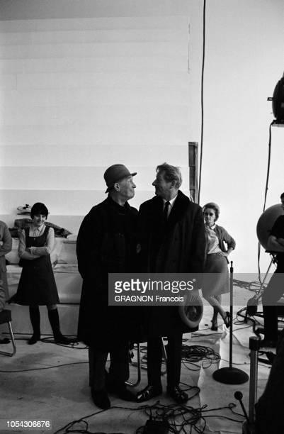 Paris France Novembre/Décembre 1966 Le tournage de l'émission 'C'est la vie' de JeanChristophe AVERTY Ici le chanteur Maurice CHEVALIER forçant un...