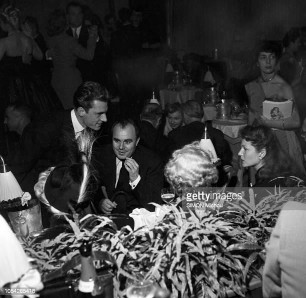 Paris France octobre 1950 Ali KHAN et son épouse Rita HAYWORTH président à l'ouverture de La Nouvelle Eve le nouveau cabaret de Montmartre lancé par...