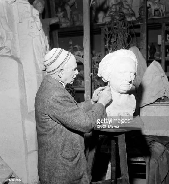 Paris France octobre 1950 Le sculpteur Henri BOUCHARD de l'Institut réalise un buste de Victor Hugo dans son atelier Deux statues de l'homme de...