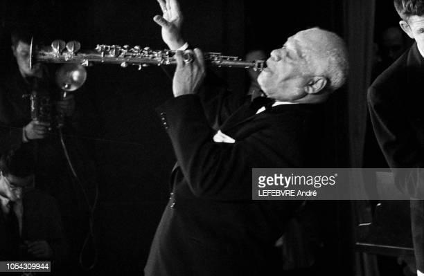Paris France octobre 1955 Le clarinettiste américain Sidney BECHET donne un concert gratuit à l'Olympia pour fêter son millionième disque Les fans...