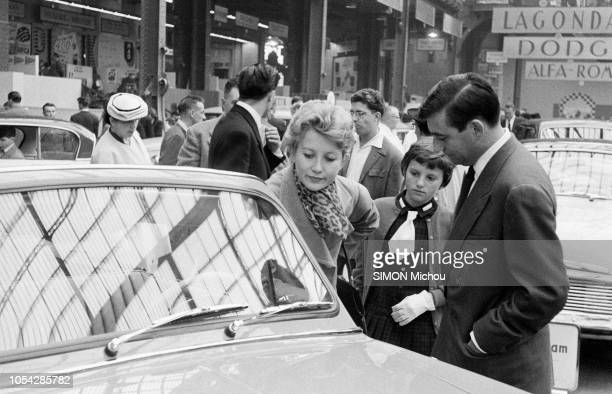 Paris France octobre 1956 L'acteur François PERIER au salon de l'automobile en compagnie de son épouse l'actrice Marie DAEMS Ici l'actrice se...