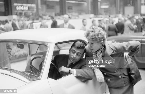 Paris France octobre 1956 L'acteur François PERIER au salon de l'automobile en compagnie de son épouse l'actrice Marie DAEMS Ici l'acteur assis au...
