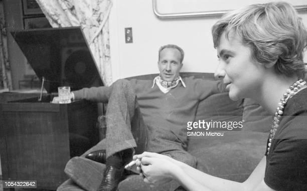 Paris France octobre 1957 Rendezvous avec Françoise SAGAN et son compagnon l'éditeur Guy SCHOELLER dans leur appartement parisien Ici la romancière...
