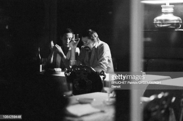 Paris, France, octobre 1977 --- Jacques BREL barbu dînant dans un restaurant avec sa compagne Maddly BAMY.