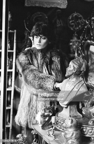 Paris France octobre 1977 MarieHélène BREILLAT comédienne française chinant dans la boutique d'un brocanteur Ici vêtue d'un manteau de fourrure...