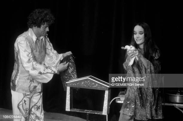 Paris France octobre 1978 Le cirque Bonjour créé par JeanBaptiste THIERREE et son épouse Victoria CHAPLIN troisième fille de Charlie Chaplin se...