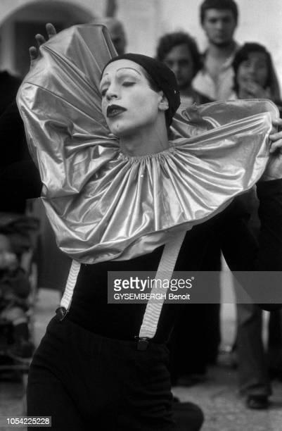 Paris France octobre 1978 Les artistes de rue se produisant devant le Centre Pompidou à Beaubourg Portrait d'un pierrot yeux clos portant un pantalon...